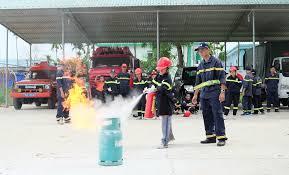 Các thực tập viên đang tập chữa cháy bằng bình cứu hỏa