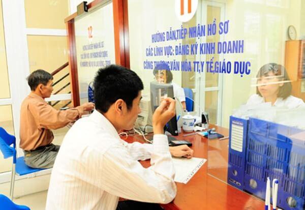Ảnh minh họa: Làm thủ tục đăng ký kinh doanh tại cơ quan hành chính nhà nước